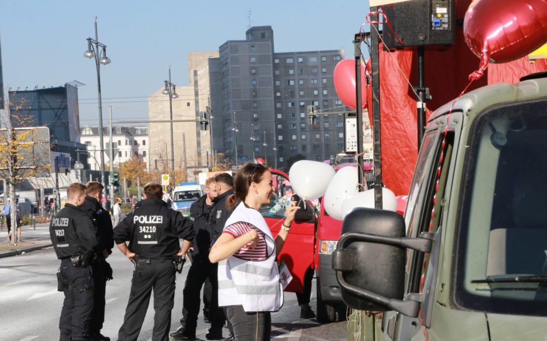Berliner Polizei erkennt an: Einsatz von Zivilpolizist*innen auf der #unteilbar-Demo 2018 war rechtswidrig.