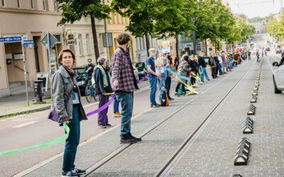 Rund 2.000 Menschen beim #BandderSolidarität von #unteilbar Sachsen-Anhalt am 29.05. in Halle